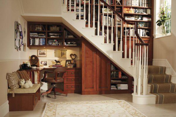 Мини-офис под лестницей