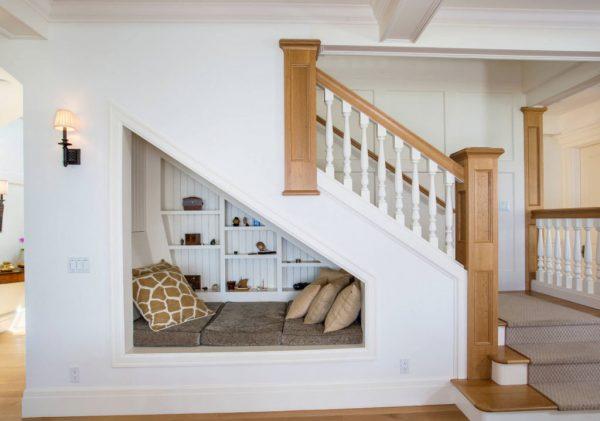 Зона для отдыха под лестницей