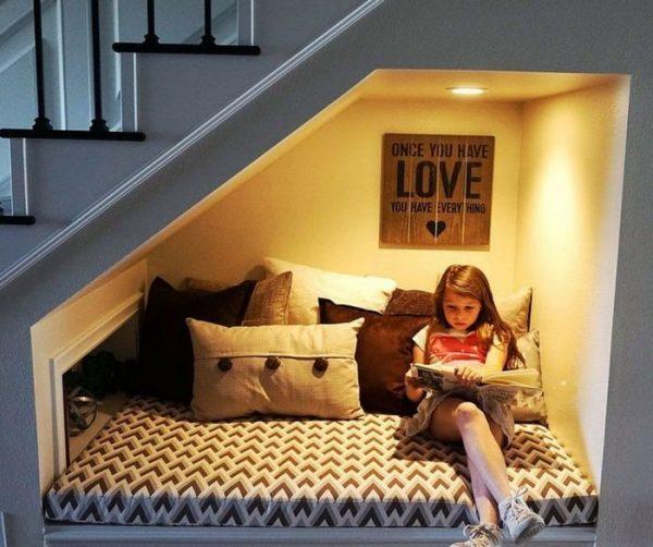 Зона отдыха с подушками под лестницей