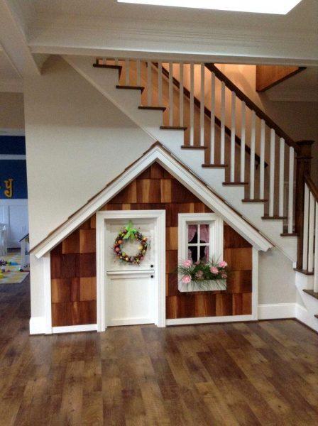 Игровой домик для ребёнка под лестницей