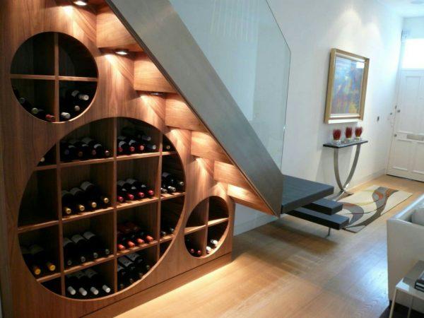 Хранение алкоголя под лестницей