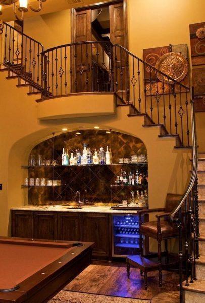 Домашний бар под лестницей