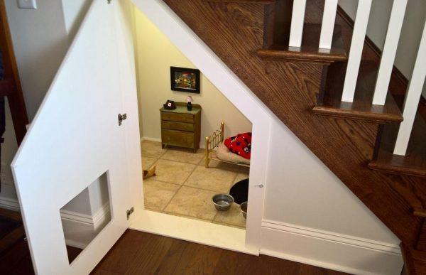 Жилище питомца под лестницей