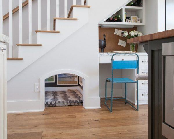Уголок питомца под лестницей