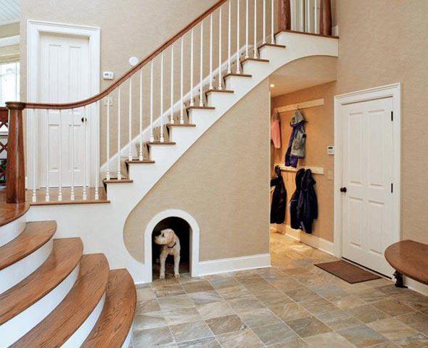Комната для питомца под лестницей