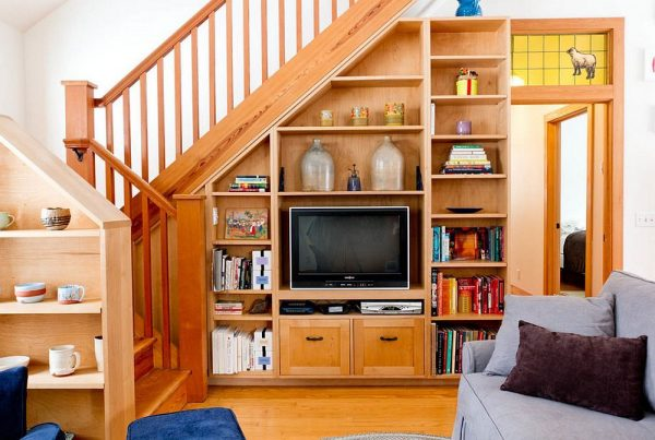 Стеллаж для телевизора под лестницей