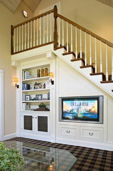 Телевизор на стене под лестницей
