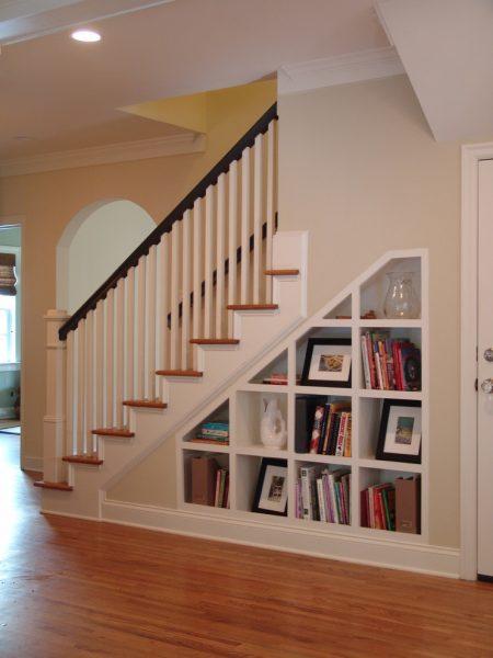 Стеллаж для предметов под лестницей