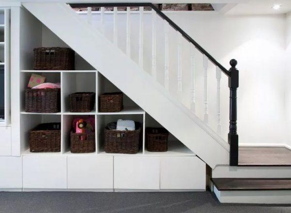 Корзины под лестницей