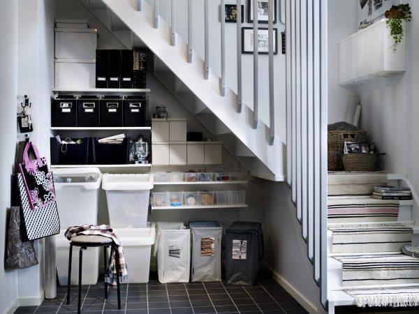 Контейнеры для хранения под лестницей