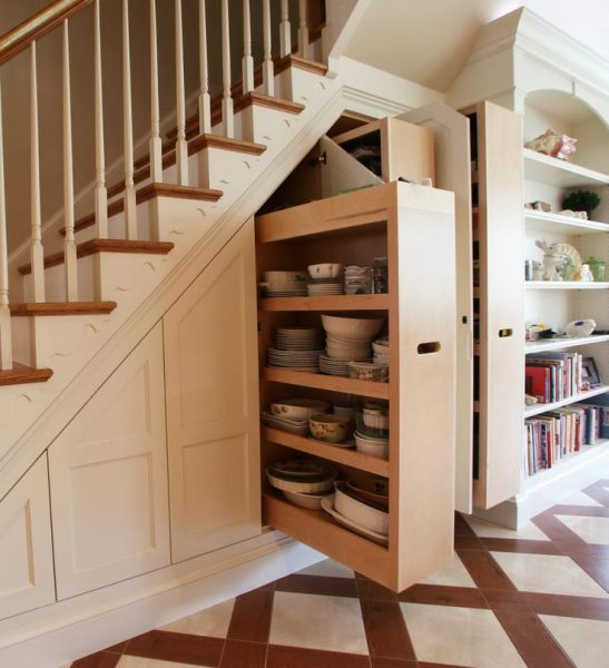 Выдвижной шкафчик под лестницей