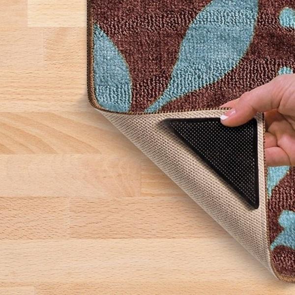 Резиновый уголок на ковре