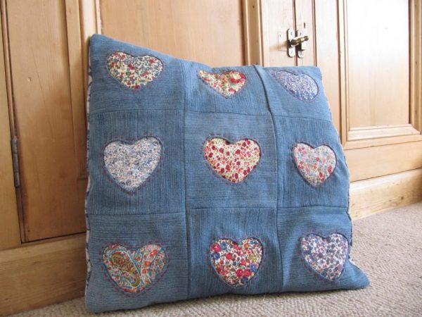 Подушка из джинсовой ткани