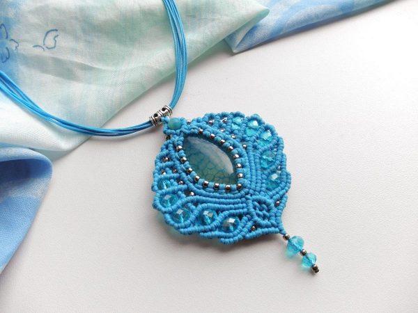 Голубая подвеска с камнем