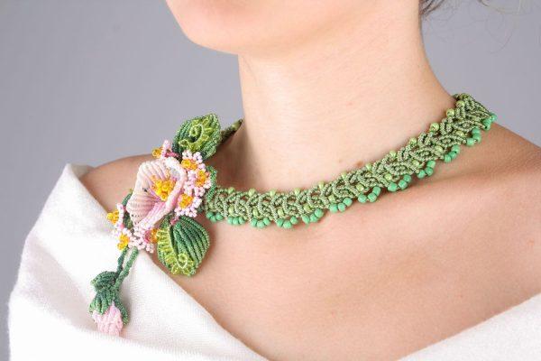 Зелёная подвеска с цветами