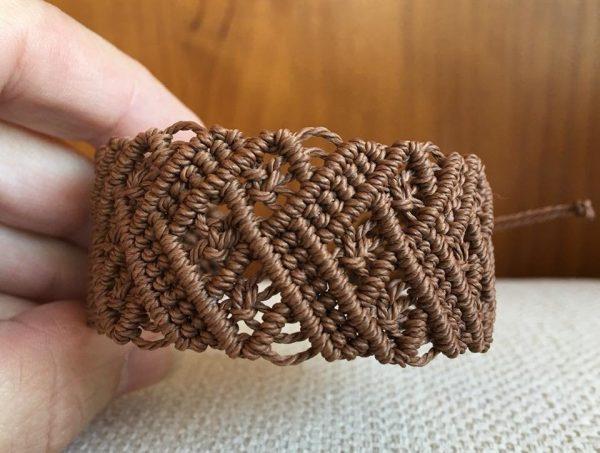 Широкий коричневый браслет