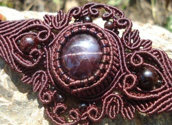Коричневый браслет с камнем