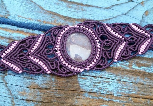 Фиолетовый браслет с камнем