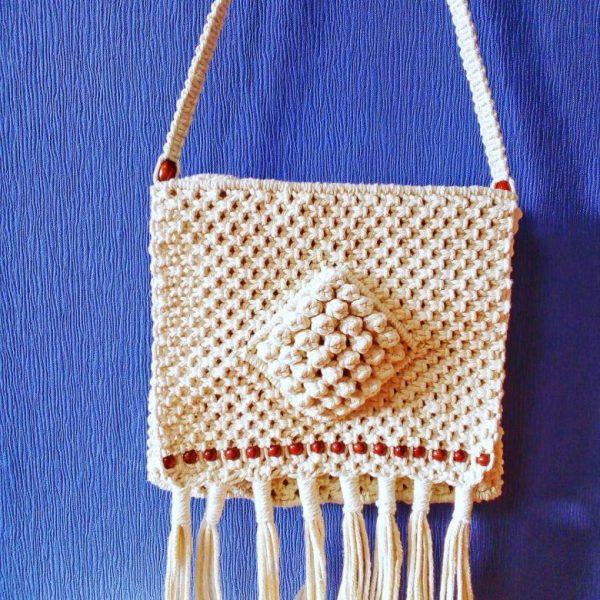 Белая сумочка с декоративными ниточками