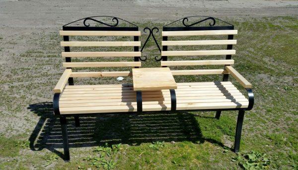 Лавочка на двоих со столиком посередине