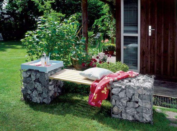 Скамейка и столики на камнях