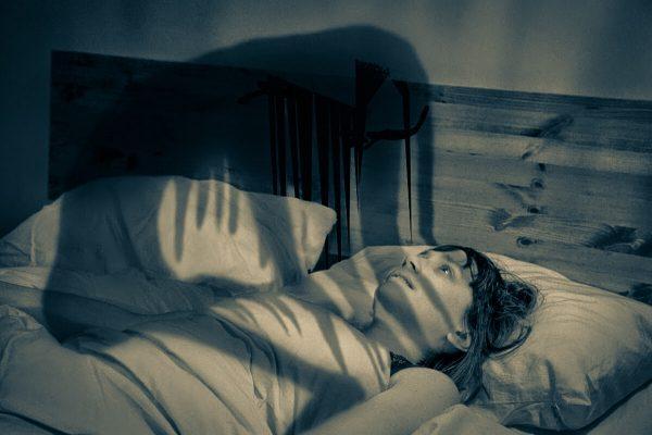 Призрак у кровати спящего