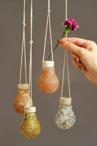 Подвесная ваза из старых лампочек