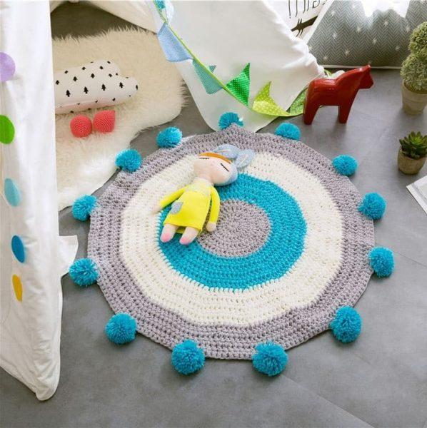 Вязаный коврик с помпонами