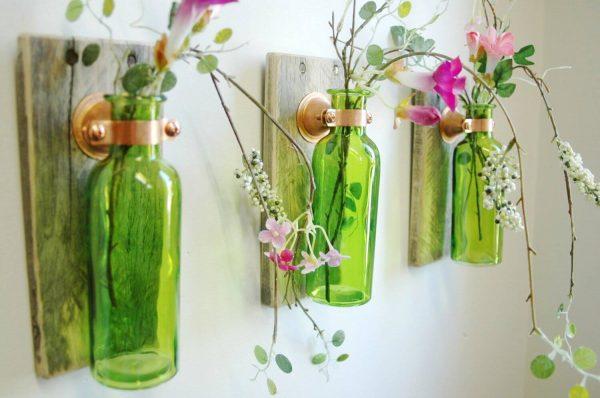 Стеклянные вазы на стене