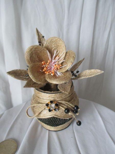 Ваза с цветами из джута