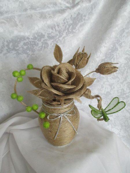 Роза из джута в вазе