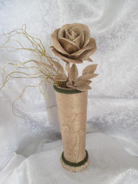 Роза в вазе из джута