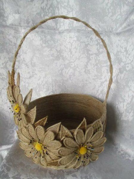 Корзинка из джута с цветами