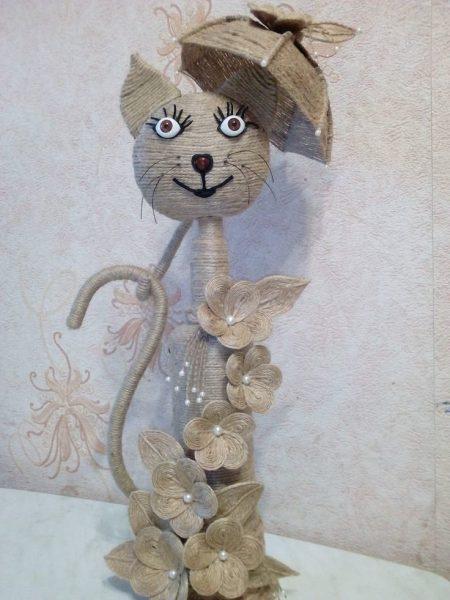 кот с зонтом из джута