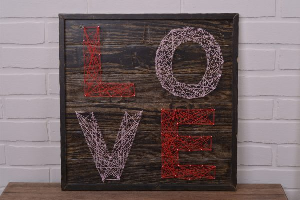 Слово «LOVE» из ниток
