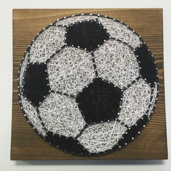 Футбольный мяч в технике стринг-арт