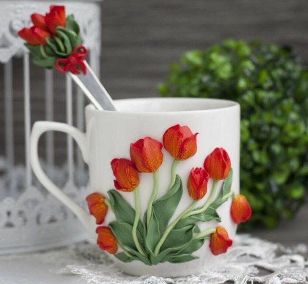 Яркие тюльпаны на кружке