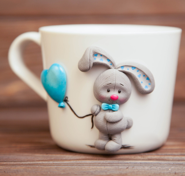 Зайчик с воздушным шариком на кружке