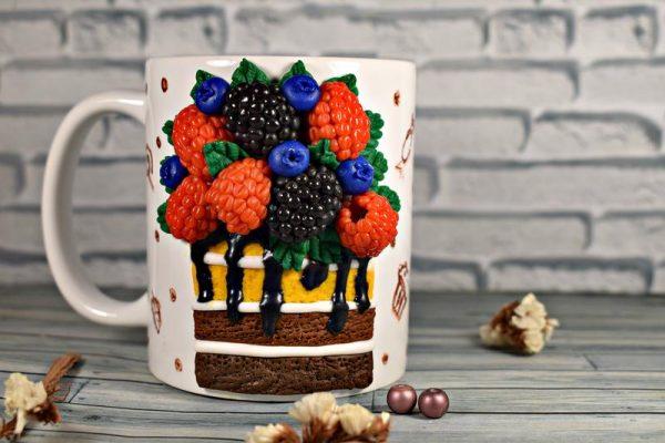 Кусочек торта с ягодами на кружке
