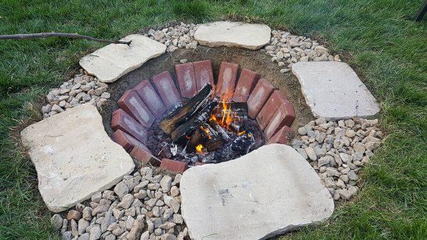 Очаг из плит, камней и кирпичей