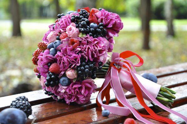 Фрукты и ягоды в сочетании с цветами в свадебном букете