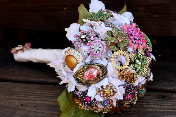 Разные стили брошек в свадебном букете