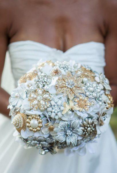 Брошки в основе свадебного букета