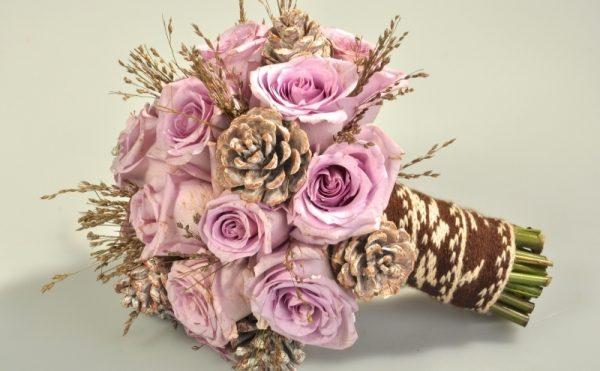 Букет из роз и шишек