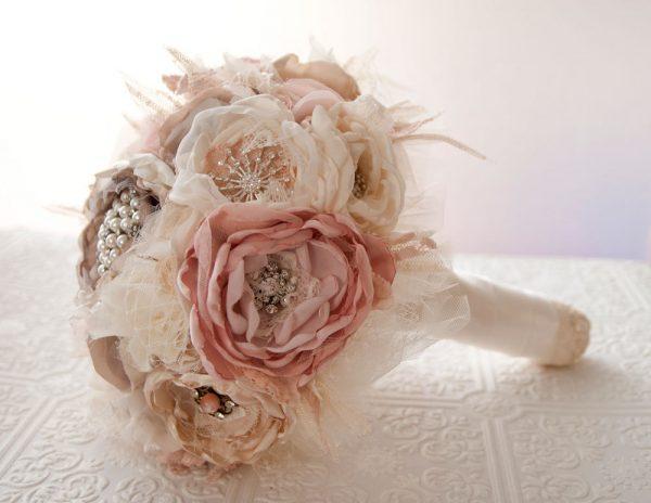 Нежные цветы из ткани в букете