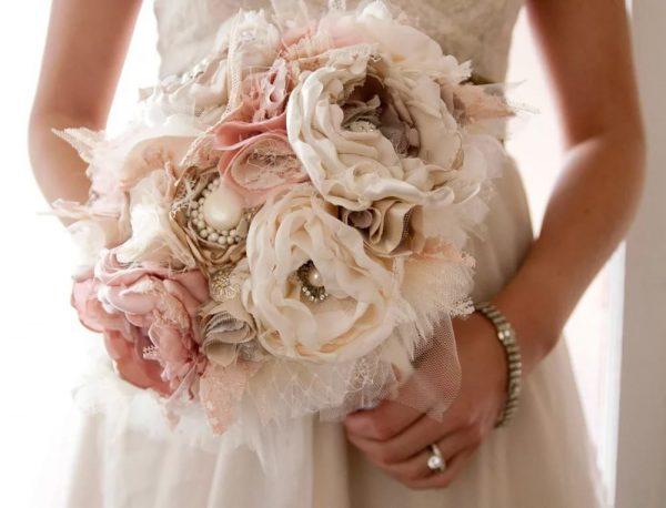 Цветы из тонкой ткани в букете
