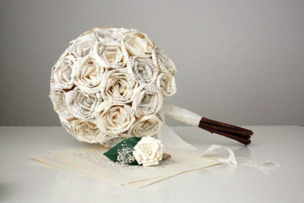Розы их бумаги в букете