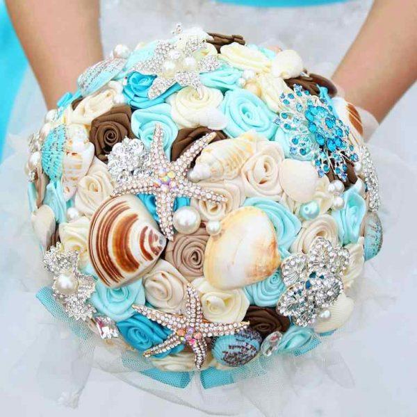 Букет для свадьбы в морском стиле из тканевых цветов и ракушек