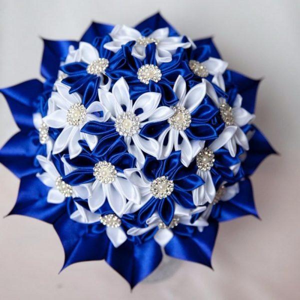 Бело-синий букет из лент