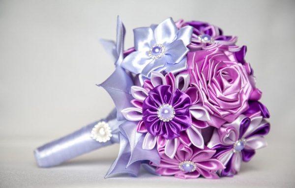 Разные цветы из лент в букете